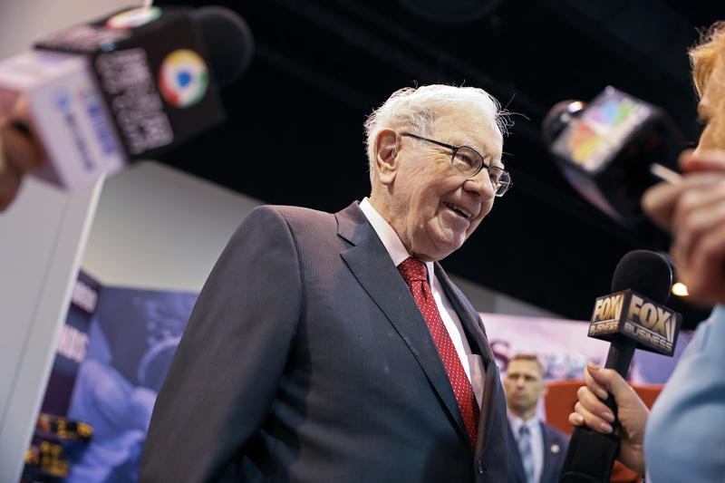 Buffett's Berkshire reveals big stakes in Verizon, Chevron